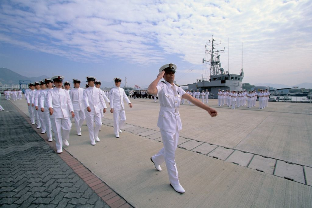 Wat? Toch niet de USS Santa Fe?' David Marquet schrikt als hij hoort van welk schip hij kapitein wordt: de USS Santa Fe, een onderzeeër van de Amerikaanse marine. Het schip staat bekend als een van de slechtst onderhouden schepen van de vloot, de bemanning is berucht om zijn matige prestaties en afwachtende houding. Dat er iets moet veranderen op dit schip is voor iedereen binnen de marine duidelijk. Marquet krijgt daarom alle ruimte van de leiding om zijn ideeën over leiderschap in de praktijk te testen. En, wonder boven wonder, het lukt Marquet het tij te keren en de gewenste veranderingen voor elkaar te krijgen. De bemanning is berucht om zijn afwachtende houding De USS Santa Fe haalt onder Marquets leiding de beste resultaten van de vloot. De bemanning is weer gemotiveerd, neemt initiatief en lost zelf problemen op. Wat Marquet kan, kunt u ook. Marquet heeft zijn ervaringen op de USS Santa Fe opgeschreven in het boek 'Turn the ship around!'. Een praktisch boek met tips hoe je de betrokkenheid van je medewerkers kunt stimuleren. MT.nl interviewde Marquet al in september, nu volgt de recensie. En paar highlights: De basis: niet leider-volger, maar leider-leider Marquet heeft één doel voor ogen: hogere betrokkenheid van zijn medewerkers. Want betrokken medewerkers zijn proactief, hebben slimmere oplossingen en voeren beslissingen beter uit. Het leiderschapsmodel van de Amerikaanse marine is een leiders-volgers model. In de praktijk betekent dat model, aldus Marquet, dat er twee groepen mensen ontstaan: de leiders en de volgers. En die volgers, die worden passief en afwachtend. De leider beslist uiteindelijk toch wel. De volgers draaien zo op halve kracht en gebruiken lang niet al hun capaciteiten. En de leider stuurt alleen op korte termijn resultaten. Volgers worden passief en afwachtend Maar kies je voor een leider-leider model, dan geef je je medewerker vertrouwen en ruimte. Zeg niet 'wij empoweren jullie'. Dan is het immers nog steeds de leidinggevende die besl