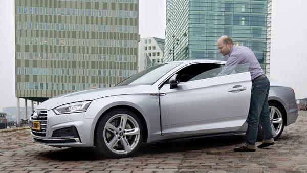 GEREDEN Audi A5 Coupé 2.0, TFSI Quattro PRIJS vanaf € 55.210 Fabrikanten plamuren alle hoekjes en gaatjes van de automarkt dicht. Dat leverde suv's in alle soorten en maten op, crossovers en andere kruisingen. Ook voor de coupé was daar geen ontkomen aan. BMW en Mercedes gaven hun suv's een coupévorm, er kwamen coupé's met vier of vijf deuren – vroeger zouden we ze hatchback noemen - en als er wat extra laadruimte aan wordt geplakt, spreken de ontwerpers van een shooting brake. Maar deze kakelverse Audi A5 van de tweede generatie is nog wel een coupé zoals die ooit was bedoeld. Een driedeurs, afgeleid van de A4, met een lagere en snel aflopende daklijn, deuren zonder raamstijl en een instap waar je je even mentaal op moet voorbereiden om hem zo sportief te voltooien als de wagen verdient. Maar dan zit je ook. Ontegenzeggelijk in een Audi. Wel een met een lekker dik stuurtje in een opschepperig racemodel en de pedalen op de juiste plek voor het betere voetenwerk, maar je zou ook in een burger-A4 kunnen zitten. Geen straf trouwens, dankzij de panoramische schermen achter en naast het stuur en het maniakale perfectionisme dat van elk knopje, randje en naadje afstraalt. De coupé beperkt zich in deze dikke uitvoering ook allerminst tot uiterlijk vertoon: 252 pk's, nog meer koppel en 7 alerte verzetten van de automaat met dubbele koppeling maken hem meer dan vlot. De vierwielaandrijving zorgt daarbij dat ego en koets geen deuken oplopen in verkeerd ingeschatte bochten. De geluidsmannen van Audi hebben bovendien gezorgd voor een lekker sportief hees brommetje uit de machinekamer. Maar dat Audi de laatste tijd zo'n goede balans heeft weten te vinden tussen dynamiek en comfort breekt deze coupé eigenlijk een beetje op. Hij rijdt zelfs in deze verlaagde uitvoering té toegankelijk, té comfortabel en perfect om dat beetje emotie vrij te maken dat hoort bij - excuseer - 'sportief' rijden. Voor dit geld ben je misschien beter af met een TT'tje. Of je kiest voor de A5 Sportback, d