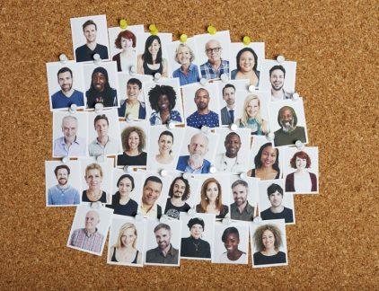 In 2015 publiceerde Google de resultaten van hun uitgebreide onderzoek naar het presteren van teams. Voor wie het destijds gemist heeft, som ik kort de vijf belangrijkste factoren op die prestaties verbeteren: Een gevoel van psychologische veiligheid. Onderlinge betrouwbaarheid. Structuur en duidelijkheid van doelen, rollen en plannen. Dat het belangrijk is wat je doet. Dat je je werk persoonlijk betekenisvol vindt. Teams die aan deze vijf kenmerken voldoen, presteren dus beter. Dat is niet vreemd als je je beseft dat dit allemaal eigenschappen zijn van een gemeenschap, evenals synergie, goede persoonlijke banden en het 'delen in pijn en fijn'. Gemeenschappen zijn enorme prestatievergroters. Dat komt doordat zaken zoals motivatie, betrokkenheid, samenwerken, persoonlijke groei en elkaar helpen in gemeenschappen vanzelfsprekend zijn. En onderzoeken laten zien dat het juist dit soort factoren zijn die de prestaties opstuwen. Wat is een gemeenschap? Gemeenschappen zijn sociale groepen waar mensen een sterk gevoel van onderlinge verbondenheid voelen. De reden dat ze zo sterk presteren, is dat ze voldoen aan de sociaal-biologische behoeften van de mens. Ze voorzien bijvoorbeeld in een gevoel van veiligheid, sociaal contact, erbij horen, bijdragen en zelfontplooiing. En omdat er in zo'n gemeenschap aan die behoeften voldaan wordt, gaan de mensen die er deel van uitmaken automatisch beter presteren. Ze zijn er in allerlei vormen. Extreme voorbeelden zijn communes en sektes, maar ook gezinnen, verenigingen en wijken zijn vormen van gemeenschappen. En dan is er de werkgemeenschap. Want ook op het werk kan de gemeenschapszin groot zijn. En dan is het resultaat enorm, zoals ook het onderzoek van Google laat zien. Het loont dus zeer de moeite om er bewust aan te bouwen. Creëer een gemeenschap Mensen in een gemeenschap hebben een gezamenlijk lange termijnbelang. Dat is één van de redenen waarom het ook zo belangrijk is dat er een aansprekende visie op de toekomst is en dat er du