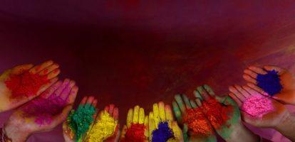 Intuïtief voelen we aan dat diversiteit in een onderneming positief is, maar recent onderzoek van management consulting bedrijf McKinsey wijst uit dat het ook puur feitelijk en financieel een verschil maakt. Bedrijven die goed scoren op etnische diversiteit en genderdiversiteit hebben gewoonlijk betere financiële resultaten dan gemiddeld. Hoewel er geen causaal verband is, blijken bedrijven die streven naar gediversifieerd leiderschap betere resultaten te halen. Hoe diverser een onderneming, hoe beter haar klantgerichtheid, employee satisfaction en beslissingen, en hoe beter gewapend in de war on talent. Meer diversiteit op de werkvloer Cisco is een voorvechter van diversiteit: één medewerker op vier is vrouw (24%) en in de directie zetelen vijf vrouwen (op 13 directieleden). Bij het IT- en netwerkbedrijf lopen verschillende programma's om vrouwen te helpen met hun carrièreplanning. Er is ook een mentoringsysteem met het directieteam en de vrouwelijke Cisco-medewerkers richtten de voorbije jaren een aantal vrouwennetwerken op. Met het begrip Conscious Leaders wil Cisco ruimte bieden voor meer introspectie en zelfbewustzijn. Dat zorgt voor meer authenticiteit, ontvankelijkheid en diversiteit op de werkvloer. 'Iedereen moet zijn talent ten volle kunnen ontwikkelen. Er is een war on talent aan de gang, en daarom is het belangrijk dat we de volledige pool met talent kunnen gebruiken en die pool verbreden. Genderdiversiteit is één manier om dat te doen', aldus Rik Boven, Director Technical Services bij Cisco. In de technologiesector is het tekort aan vrouwen nog nijpender dan elders. Dat tekort manifesteert zich al in de STEM-richtingen (Science – Technology – Engineering – Mathematics) van ons onderwijs. Daarom organiseert Cisco een jaarijkse Girls in ICT-namiddag en steunt het de vzw Greenlight4Girls Belgium, die meisjes vanaf negen jaar met ludieke workshops onderdompelt in de wereld van de technologie, in de hoop hen warm te maken voor STEM-richtingen. Werk en gezin 