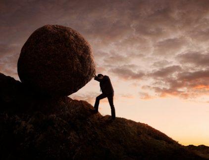 Managementgoeroe Simon Sinek sprak er ook al over in zijn boek 'Start with why', aldus collega Ben Tiggelaar. 'Bedenk eerst de waarom van je organisatie, daarna pas hoe en wat.' De uitvoering is natuurlijk ook belangrijk, maar niet de eerste stap. Daar gaan veel bedrijven de mist in. Ook uit onderzoek van netwerkorganisatie Business Leaders blijkt dat zingeving -ofwel purpose- bij bedrijven steeds belangrijker wordt. Het blijkt ook dat bedrijven die een heldere zingeving geformuleerd hebben, vaker winst maken dan bedrijven die dat niet doen. Ben Tiggelaar gaat in onderstaande video in op 'zingeving' bij bedrijven: