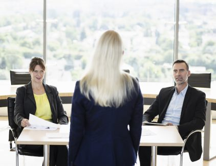 'Vertel eens wat over jezelf', 'Wat zijn je goede en slechte eigenschappen' of 'Waar zie je jezelf over vijf jaar?' Met dit soort vragen proberen bedrijven de juiste kandidaat voor de baan te selecteren. Helemaal fout, zegt Ron Friedman, auteur van het boek The best place to work. Volgens hem liegt maar liefst 81 procent van de mensen tijdens een sollicitatiegesprek. De reden dat ze liegen is vrij simpel, het is de enige manier om de baan te krijgen. Stel, je potentiële baas vraagt jou naar je incasseringsvermogen. Uit die vraag blijkt dat dit belangrijk is. Dan ga je natuurlijk niet antwoorden dat je vrij lange tenen hebt en in je huidige baan al ruzie hebt gemaakt met de halve afdeling. Nee, je verzint een politiek correct antwoord over samenwerken en dat je het eigenlijk altijd met iedereen goed kan vinden. Het resultaat is dat gesprekken vooral een uitwisseling zijn van standaardantwoorden, waar iedereen tevreden mee is. Vooroordelen Naast alle leugens die over en weer worden verteld, zijn er nog andere manieren waardoor een sollicitatiegesprek niet leidt tot de juiste kandidaat. Dat komt door de manier waarop ons brein werkt, zegt Friedman. We hebben namelijk onbewuste vooroordelen als we met mensen praten. Mensen die er goed uitzien worden gezien als meer competent, intelligenter en beter gekwalificeerd dan hun minder aantrekkelijke collega's. Ondanks dat ze dat objectief gezien niet zijn. Aan lange mensen worden meer leiderschapskwaliteiten toegeschreven dan aan kleine mensen. Dit geldt vooral voor mannen. Ook is er veel data die onderschrijft dat mensen die langer zijn ook meer verdienen. Mensen met een lage stem worden gezien als sterker, integerder en betrouwbaarder. Ondanks dat we denken dat we objectief zijn, zorgt ons brein ervoor dat we de wel degelijk beïnvloed worden. Zo stellen we een kandidaat waarvan we denken dat deze extravert is, de vraag: 'Vertel over je ervaringen in het leiden van groepen.' Een als introvert geziene kandidaat krijgt de vraag