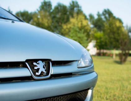 PSA, Peugeot Société Anonyme, is in 1976 ontstaan door een fusie tussen Peugeot en Citroën. Het Franse bedrijf heeft naast deze twee automerken ook DS Automobiles en Ambassador onder haar vleugels. Nu komen daar Opel en Vauxhall, de Britste tak van Opel, bij. Daarnaast neemt het Franse bedrijf ook de financieringstak van General Motors in Europa over waarin voornamelijk autoleningen in zijn ondergebracht. Peugeot is één van de oudste industriële ondernemingen van Frankrijk. Het bedrijf is in 1810 opgericht door de familie Peugeot. In de tweehonderd jaar dat Peugeot bestaat heeft het bedrijf werkelijk van alles geproduceerd: van pepermolens tot beha's en fietsen. In 1850 werden de eerste rijwielen gemaakt. Eind negentiende eeuw, 1889, bouwde een telg van de familie Peugeot eerst een auto op stoom, om een jaar later te beseffen dat de verbrandingsmotor meer toekomst had. Familie nog steeds actief Inmiddels heeft het bedrijf wereldwijd 172.000 werknemers. In 2016 bedroeg de omzet 54 miljard euro en boekte het bedrijf een winst van 2,1 miljard euro. Het ging Peugeot niet altijd voor de wind, in 2014 verkeerde de onderneming in de financiële problemen. De Franse overheid schoot samen met het Chinese Dongfeng te hulp met een financiële injectie, om zo het bedrijf te steunen tegen de zwakke marktomstandigheden. Sindsdien bezit de Franse overheid 14 procent van Peugeot. Voor 2014 had de familie Peugeot 24 procent van de aandelen, na de deal met de overheid en Dongfeng, daalde dat naar 14 procent. De laatste tijd gaat het weer beter met PSA. Topman Carlos Tavares, afkomstig van Renault, werd in 2014 benoemd als PSA-bestuursvoorzitter en voerde drastische kostenbesparingen door. Daardoor is het bedrijf weer winstgevend. De Franse overheid overweegt wat aandelen te verkopen en potentiële kopers hebben zich mogelijk al gemeld: de familie Peugeot.