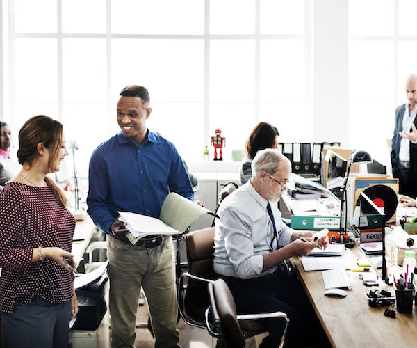 Dat blijkt uit het Great Places to Work-onderzoek, dat werd uitgevoerd onder 113 organisaties. Aan het onderzoek namen 35.000 medewerkers deel. In totaal deden 67 organisaties mee voor de lijst van Best Workplaces, daarvan behaalden er 49 een plek op de lijst. Goede onderlinge relaties De bedrijven die zichzelf Best Workplace mogen noemen scoren hoog op goede onderlinge relaties tussen personeel en de mate waarin ze worden betrokken bij beslissingen over werk en werkomgeving. Denk hierbij aan keuzes voor kantoorpanden en inrichting of bijdragen aan sessies om kernwaarden vast te stellen. Best Workplaces scoren hoog als het gaat om het stellen van vertrouwen in hun medewerkers en het bieden van ruimte om hun functie goed uit te oefenen. Winnaars In Nederland behaalt farmaceut en healthcare organisatie Novo Nordisk de eerste plek bij de grote en multinationale werkplekken. Ook in 2015 stond Novo Nordisk op de eerste plaats. Plaats twee en drie waren voor voedselfabrikant Mars en biotechbedrijf Amgen. Bij de middelgrote bedrijven was IT-dienstverlener Incentro de beste plaats om te werken. Na drie jaar op de derde plaats haalt Incentro nu eindelijk de toppositie. Talentontwikkelaar Ormit en intermediair Secretary Plus volgen. Bij de small en young workplaces is de Lean Consultancy Group voor het derde jaar op rij de beste plek om te werken. Inclusiviteit Great Place to Work meet de factoren 'vertrouwen', 'trots' en 'plezier'. In de VS wordt daar nu een factor aan toegevoegd. Op de website van Fortune pleiten de ceo en de vice-president ervoor om ook te kijken naar inclusiviteit. Ze gaan vanaf volgend jaar bij de beoordeling van bedrijven ook kijken naar de verdeling van de score. Zijn alle medewerkers even tevreden? Daarbij wordt gekeken naar verspreiding in het bedrijf en verdeling over verschillende groepen.