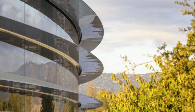 Een nieuw kantoor van 5 miljard dollar. Voor de meeste ondernemingen is zoiets een droom, maar Apple maakt het waar. Het nieuwe, gigantische kantoor van het tech-bedrijf komt er dan eindelijk in april, zo maakte het bedrijf onlangs bekend. Oprichter Steve Jobs kondigde het in 2011 nog aan als 'het beste kantoor in de wereld'. Hoe ziet zoiets eruit?