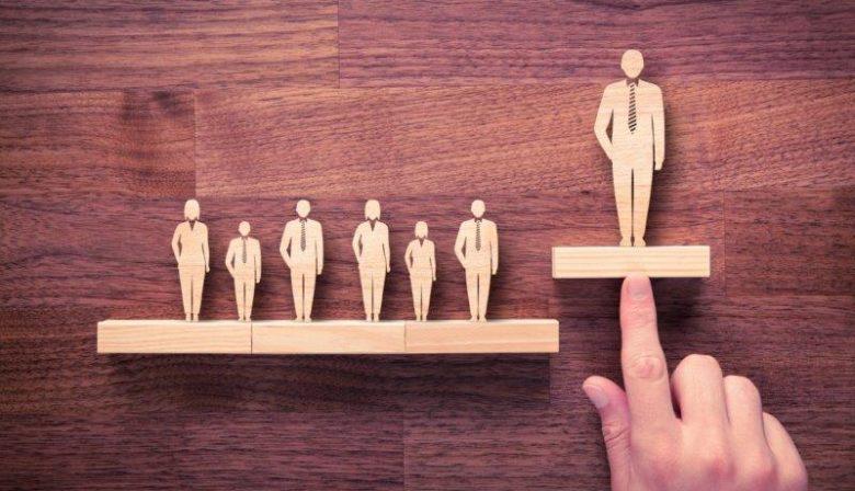 Excellente leiders roesten niet vast in de organisatie en zijn in het bezit van een open creatieve geest,vertelde van den Broeck eens in een college 'Leiderschap en sociale intelligentie'. Ze realiseren zich dat de omstandigheden voortdurend veranderen. Waarom zou het bedrijf dan volgens vaste modellen blijven bestaan? Creatief meebewegen is de sleutel tot een succesvolle organisatie. Dat vraagtenerzijds om 'lef'. Probeer niet verkrampt de controle te houden maar laat los, experimenteer en innoveer. Voorspelbaarheid is niet meer van deze tijd. Anderzijds draait het om 'nederigheid'. Vraag om feedback, luister ernaar en doe er ook daadwerkelijk iets mee. Wheeler vs. leadhorses Van den Broeck maakt in hetzelfde college onderscheid tussen de 'wheeler' en de 'leadhorse'. De wheeler is het sterke paard dat de kar trekt en daarom strak vastzit. Zijn de regels van een organisatie te beperkend, dan moet er worden overgeschakeld naar een 'leadhorse': het jongere paard dat voorop dartelt en meer ruimte en flexibiliteit heeft. Op de werkvloer zijn dit bijvoorbeeld projectteams die bezig zijn met innovatie, los van de strakke regels. Zij blazen nieuw leven in de organisatie. Ga na of jij als manager tot de wheelers of de leadhorses behoort. [advertorial] Flow Vraag jezelf ook af hoe je medewerkers optimaal kan laten presteren. Bied medewerkers structuur en ondersteunende kaders, maar geef ze tegelijkertijd de ruimte om hun creativiteit verder te ontwikkelen. Zorg dat medewerkers in 'flow' raken, zegt Van den Broeck. Flowmomenten zijn momenten van goed presteren. De medewerker is productief en moeilijke taken verlopen soepel. De competenties en vaardigheden van de medewerker zitten volledig in lijn met de werkzaamheden en dat geeft energie. Hoe zorg je dat medewerkers in de flow komen? Focus: 'Laat medewerkers vliegen op de vleugels van hun sterkte', aldus Van den Broeck. Concentreer op hun sterke punten. Bijschaven: Door de sterke punten continu bij te schaven bereiken medewerk