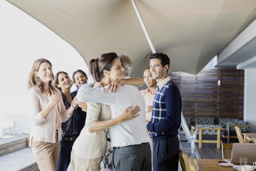 Wanneer heb je voor het laatst uw medewerkers een oprechte blijk van waardering gegeven? En heb je enig idee welke invloed dat heeft op de winstgevendheid van het bedrijf? Het Amerikaanse onderzoeksbureau Gallup geeft aan dat iets meer dan de helft van alle werknemers (51%) op zoek is naar een andere baan. Onder de noemer 'het gras kan altijd groener' staat klaarblijkelijk ook een groot deel van jouw medewerkers open voor een nieuwe uitdaging. Er zit echter wel een groot verschil in de mate van openstaan voor een nieuwe uitdaging indien gekoppeld aan de mate van betrokkenheid van de medewerkers: hoe meer gemotiveerd en betrokken, hoe lager het percentage potentiële vertrekkers. Eén van de gemakkelijkste manieren om je medewerkers te betrekken bij de organisatie is het geven van oprecht persoonlijke aandacht (OPA). Uit mijn NOVOR-onderzoek komt naar voren dat het laten blijken van waardering over de behaalde resultaten een sterk positieve invloed heeft op de mate van betrokkenheid en motivatie van uw medewerkers. Maar het gaat nog veel verder: direct en indirect kun je de winstgevendheid van je organisatie verbeteren door OPA! figuur 1: Conceptueel model NOVOR-onderzoek De waarde van waardering Middels een landelijke enquête hebben honderden leidinggevenden en managers inzicht verschaft in de mate waarin leiderschap invloed heeft op personeel & cultuur, de uitvoering van processen en de verbetering van zowel de operationele als de financiële bedrijfsresultaten. Uit dit onderzoek komt naar voren dat er een directe positieve relatie is tussen het tonen van waardering door directie en leidinggevenden en de mate van personeelstevredenheid binnen de organisatie, alsmede de mate waarin de medewerkers bereid zijn zich extra in te zetten. Simpel gezegd: hoe meer uiting van waardering, hoe hoger de personeelsbetrokkenheid (+65%) en hoe hoger de inzetbereidheid (+43%). Daarnaast blijkt dat bij de procesuitvoering binnen de organisatie minder fouten worden gemaakt als er meer u