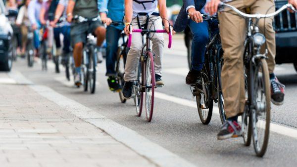 De reactie van Accell is nog niet bekend, maar het bedrijf bevestigde wel het overnamebod gekregen te hebben en er nu zorgvuldig naar te kijken. Het zou gaan om een bedrag van 846 miljoen euro. Dat komt neer op ruim 32 euro per aandeel, flink hoger dan de beurswaarde van Accell gisteren. Grootste fietsenbedrijf ter wereld Mochten de twee bedrijven samengaan, dan ontstaat het grootste fietsenbedrijf ter wereld. Accell draaide in 2016 ruim 1 miljard euro omzet en focust zich de komende periode op elektrische fietsen en connected bikes, die in een hoger prijssegment vallen. Daarmee wil het bedrijf de omzet de komende vijf jaar verhogen naar 1,5 miljard euro. Handelsbedrijf Pon is actief in meerdere branches, waaronder auto's, scheepsvaart, energie en fietsen. Gazelle en Union zijn enkele van de fietsenmerken die onder Pon vallen. Pon verwacht dit jaar 800.000 fietsen te verkopen en daarmee 700 miljoen euro te verdienen. Het overnamebod wordt nu besproken door beide partijen. Een overeenkomst is er nog niet.