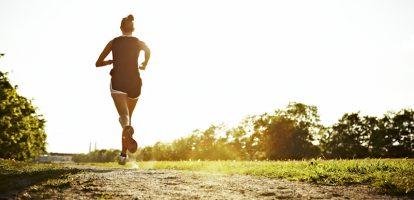 In het weekend mag ik graag een rondje hardlopen. Het is mijn manier om te ontspannen en niet zelden kom ik terug met een idee. Het is het moment dat ik mijn gedachtes de vrije loop laat, geniet van de buitenlucht en schijnbaar is dat ideaal om nieuwe dingen te bedenken. Maar dat is niet waarom dit stuk over hardlopen gaat. Het is mij te doen om de manier waarop ik loop. Stip op de horizon Onlangs bedacht ik mij dat ik onbewust op een bepaalde manier loop. Ik kijk namelijk altijd ver vooruit. Het einde van de straat, het einde van het looppad, of zover je kan kijken in de verte. Ik raak dan in een soort trance, waarbij de focus op het einde ligt. Focus op de volgende halte waar ik naartoe ren. Dit is voor mij de stip op de horizon. Bij rennen is dit het doel waar ik naar toe wil en dit geeft mij houvast om doelen te stellen. Mijzelf te prikkelen om verder te rennen en met wat doorzettingsvermogen kom ik er dan. Vaak pik ik vanaf dat moment weer een volgend doel. Zo ga ik van eindpunt naar eindpunt. Ik deel daarmee het hele traject op in kleinere stukken. Hierdoor heb ik steeds een doel als deel van een groter doel, lees het hele traject. Ik ben niet teveel in mijn hoofd bezig met waar ik nu loop of wat ik nog moet lopen. Focus op waar ik naar toe wil, is dan wat mij in beweging houdt. Dromen In het werk zet ik ook deze stippen op de horizon. Waar willen wij zijn aan het eind van het jaar? Waar willen wij met het bedrijf zijn in 2020? In het werk noem ik het overigens niet doelen, maar dromen. Dit klinkt magischer. Over dromen een andere keer meer. Terug naar het hardlopen. Ik heb ontdekt dat met mijn focus op de verte tijdens het rennen, ik de plassen, kuilen, stoepranden, losliggende takken of andere onregelmatigheden die ik tegenkom al van ver zie aankomen. Schijnbaar zie ik zonder moeite vanuit mijn ooghoeken ook de directe omgeving. Ik heb de tijd om erop te anticiperen. Het kost me dan niet of nauwelijks moeite om op tijd de onregelmatigheden te ontwijken of mi