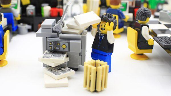 Begin februari begonnen overal ter wereld duizenden printers ineens vreemde berichten uit te printen. In plaats van een kassabonverscheen bijvoorbeeld een plaatje van een robot of er rolde uit de printer een tekst dat de hacker god Stackoverflowin terug was en dat de printer nu deel uitmaakte van een 'flaming botnet'. Hoeveel printers precies geïnfecteerd waren, is nog onbekend, maar hacker Stackoverflowin die de aanval uitvoerde spreekt van 150.000 printers. De geïnfecteerde printers waren van allerlei verschillende merken en wisselden van kassaprinters, thuisprinters tot printers van bedrijven. Een andere grote aanval op printers vond plaats in 2015 toen 90.000 printers op Amerikaanse universiteiten ineens antisemitische teksten begonnen uit te spugen. Computers en servers Wanneer we nadenken over hackers en cyberaanvallen, denken we vooral aan computers en servers en zien we de printer niet als een acute dreiging. Uit een onderzoek van Spiceworks in opdracht van HP blijkt dat slechts 18 procent van de IT-managers de printer als een groot veiligheidsrisico ziet. Toch is de printer wel degelijk een reëel risico, zegt Shane Wall, chief technology officer bij HP. 'Denk maar eens na over een printer, die is geëvolueerd tot een volwaardige computer; er zit een besturingssysteem in, hij slaat files op en staat in verbinding met het netwerk. En omdat er steeds meer mensen vanuit huis of een andere locatie dan kantoor willen werken, is het ook vaak mogelijk om er van buitenaf in te komen.' Al deze kenmerken maken het mogelijk om een printer te hacken. En Wall ziet het aantal aanvallen op printers de laatste tijd flink toenemen. 'Hackers zoeken de zwakste plek in het netwerk. Op dit moment is dat de printer.' Netwerk Een gehackte printer kan meer dan het alleen maar uitdraaien van printopdrachten die de hacker heeft gegeven. Via de verbindingen die de printer heeft met de rest van het netwerk kun je via de printer alle bedrijfsgegevens in. Ook kun je alle printopdrachten d