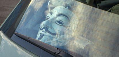 1. Isaëlisch bedrijf hackt auto via bluetooth Argus Cyber Security uit Israël stelt dat het via bluetooth in staat is gebleken een rijdende auto te hacken. De software programmeurs waren zo in principe staat om de brandstofpomp uit te zetten zodat de auto tot stilstand zou komen. Daarover schrijft The Wall Street Journal. Argus onthulde niet wat voor merk auto ze hadden gehackt. 2. Apple overweegt 'redding' chipbusiness Toshiba Apple Inc. is bereid miljarden te investeren in de chip-business van Toshiba. Dat schrijft persbureau Reuters donderdag. Het Japanse concern heeft dat onderdeel in de verkoop gezet, maar daar is Apple niet gelukkig mee. Het houdt Toshiba graag als chipmaker in de lucht. Apple zou nu hebben voorgesteld dat het een 20-procentsbelang zou nemen. Ook Foxxcon, het Taiwanese bedrijf dat voor Apple apparaten bouwt, zou een fors aandeel nemen. Toshiba zou dan wel ook zelf aandeelhouder moeten blijven. 3. Victoria Beckham laat naam dochter als trademark vastleggen Hoe buit je je beroemdheid het beste uit? De Beckhams zijn er er meester in. Ex-spicegirl Victoria Beckham heeft nu ook de naam van haar dochter Harper Beckham als merk laten registreren zodat ze in de toekomst bijvoorbeeld speelgoed of kleding met haar naam kan verkopen, zo meldt de BBC. 4. Interim ceo TMG schorst HR-directeur De grote 'schoonmaak' binnen het management van de Telegraaf Media Groep is begonnen, zo lijkt het. HR-baas Dirk Valstar is door interim topman Hans Bakker op non-actief gezet. Dat meldt het FD op basis van een interme e-mail. Valstar zou zich niet aan de geldende procedures hebben gehouden. Valstar is binnengehaald door de vorige maand eveneens geschorste ceo Jan van der Snoek. 5. Manager van de dag: Vincent van den Boogert (ING) Vincent van den Boogert begint per 1 juni als directeur ING Nederland, het belangrijkste onderdeel van de bank. Van den Boogert staat bekend als een snelle rekenaar en iemand die vol inzet op het digitaliseren van de bank. Van den Boogert is 