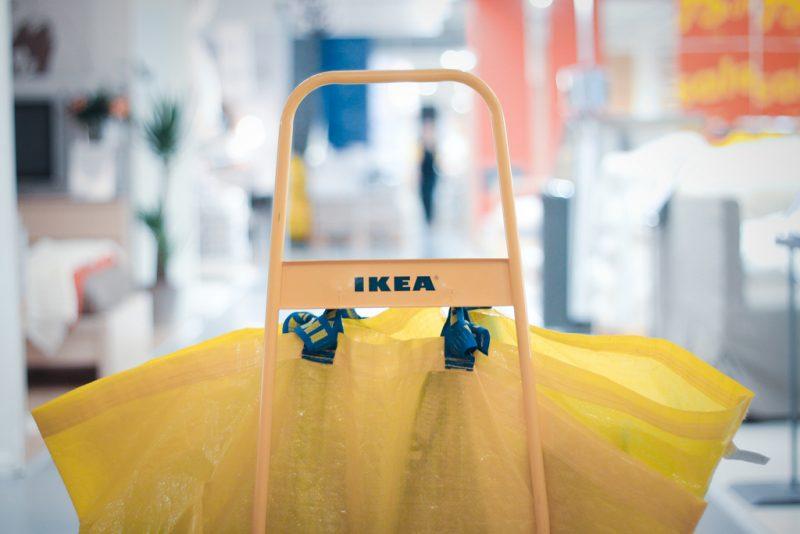Albert Martens (IKEA): 'Biedt medewerkers eerst veiligheid, daarna ontwikkeling' IKEA verwacht zijn personeelsbestand wereldwijd de komende jaren uit te breiden, in tijden van digitalisering en robotisering. Sterker nog: ze bieden zelfs vaste contracten. HR-manager Albert Martens: 'Als je mensen vervangt, worden dingen niet automatisch beter.' Iedere klant die een van de 400 IKEA-winkels wereldwijd betreedt, moet zich welkom voelen. 'Medewerkers zijn daarbij onmisbaarder dan ooit tevoren,' aldus Albert Martens, HR-manager van IKEA Group.Die medewerkers (of co-workers, zoals IKEA ze noemt) blijven van belang, 'hoeveel robots er ook ontwikkeld worden. Aan de eisen die een consument vandaag de dag stelt, kan bijna geen robot voldoen.' Het is volgens Martens de Gouden Eeuw van de consument. 'Zij hebben het voor het zeggen in de winkels. Vroeger kwam je bij ons en kocht je een product. Tegenwoordig wil je zien hoe het geproduceerd is, wat de kwaliteit is, of we verantwoord ondernemen en in welke mate we het milieu schaden.' Tel daarbij de website die altijd doorgaat en consumenten in staat stelt om ieder product binnen een paar muisklikken in huis te halen. 'Wij moeten dat allemaal faciliteren. Dat gaat enkel met goed getrainde en gemotiveerde medewerkers die service tot in de puntjes beheersen.' Vertrouwen Het lijkt misschien logisch om daar dus vol op in te zetten, maar volgens Martens is ontwikkeling en training niet het eerste om je medewerkers klaar te stomen voor de toekomst. 'Wie kijkt naar de piramide van Maslov, ziet dat veiligheid een van de grootste behoeften is. Dat willen we onze medewerkers eerst bieden, voordat ze zich kunnen ontwikkelen.' Het betekent concreet dat IKEA inzet op goede arbeidsvoorwaarden en met zoveel mogelijk contracten voor onbepaalde tijd werkt. 'Dat betekent niet dat je functie altijd hetzelfde blijft. Er zal in de komende jaren van alles veranderen, maar je kunt wel bij ons blijven werken.' Martens verwacht zelfs dat het personeelsbest