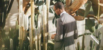 Nu de dagen zonniger worden, kijkt menig kantoormedewerker met enige regelmaat dromend naar buiten. Daar zien zij mensen in t-shirts, korte broeken en jurkjes lopen, terwijl de kantoormedewerker zelf in nette kleding, of misschien zelfs wel in kostuum achter het bureau zit. Door de felle zon kunnen de temperaturen op kantoor flink oplopen. Dit is hét moment om als manager de rol van trendsetter in te nemen en je personeel kennis te laten maken met een alternatieve zakelijke kledingstijl. Het gaat hierbij om zakelijke kleding van linnen en katoen. Katoenen kleding is al veel beschikbaar in de vorm van blouses, overhemden en broeken. Een minder bekend kledingstuk van katoen is het katoenen colbert of kostuum. Linnen kleding wordt vaak gezien als vrijetijdskleding. Toch bestaat er een ruim aanbod van linnen kleding, dat ook in zakelijke context gedragen kan worden. Deze kleding zien we vaak terug in de vorm van een overhemd, blouse, pantalon, colbert en kostuum. Wat zijn nou eigenlijk de voordelen van deze stoffen? Voordeel 1: luchtigheid Linnen en katoen zijn stoffen met een open structuur. Dit houdt in dat ze minder warmte vasthouden en meer lucht doorlaten. Op een warme lente- of zomerdag is dit een bijzonder prettige eigenschap. Vooral de vezels van linnen stoffen hebben een bijzonder grove structuur, waardoor de stof zeer luchtig is. Vanwege deze luchtigheid voelt de stof ook koeler aan dan bijvoorbeeld wol. Voordeel 2: ongevoerde colberts Omdat katoen en linnen vooral zomerstoffen zijn, worden colberts van beide materialen doorgaans ongevoerd verkocht. De colberts hebben dus geen binnenlaag, wat de luchtigheid van de jasjes ten goede komt. Nadeel: kreukgevoelligheid In tegenstelling tot bijvoorbeeld wol, hebben katoen en linnen de eigenschap gemakkelijk te kreuken. Dit zal vooral zichtbaar zijn op plekken waar de kleding strak zit, of veel beweegt, zoals in de knieholte of de binnenkant van de elleboog. Gelukkig is de kreukgevoeligheid van katoen en linnen algeme