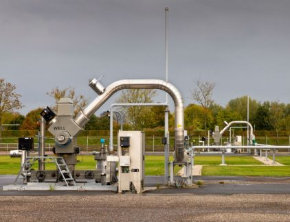 1. Kamp verlaagt gaswinning met 10 procent Minister Henk Kamp van Economische Zaken gaat de gaswinning in Groningen verlagen met 10 procent 21,6 kubieke meter per jaar. Daarmee volgt Kamp het advies van het staatstoezicht op de mijnen. De productie wordt vooral teruggeschroefd in het gasveld bij Loppersum. Het Rijk verwachtte in eerste instatie 2,1 miljard euro aan gasbaten in 2017. Dat bedrag zal nu voor het eerst in jaren onder de grens van 2 miljard duiken als de gasprijs niet sterk aantrekt. 2. Centrale Ondernemingsraad geeft verzet tegen overname TMG op De COR van TMG zal niet meer naar de ondernemingskamer stappen om de overname van het Telegraafconcern door het Vlaamse Mediahuis tegen te houden. Mediahuis heeft nu samen met de familie Van Puijenbroek 60 procent van de aandelen. Rivaal Talpa van John de Mol heeft 28 procent. Hij verloor eerder zijn zaak bij de ondernemingskamer. 3. VW lijkt schandaal al weer te boven Volkswagen AG heeft in het eerste kwartaal van 2017 een operationeel resultaat van 4,4 miljard euro behaald, schrijft Der Spiegel. Daarmee lijkt het Duitse bedrijf het dieselschandaal grotendeels te boven. En als het nog forse boetes krijgt, dan lijkt het genoeg cash te kunnen verzamelen om de boetes te betalen. 4. Apple and: three more things Tien jaar nadat Steve Jobs de eerste iPhone onthulde, wil Apple flink uitpakken. Het bedrijf wil een volledig nieuw model presenteren - naar verluidt met gedeeltelijk gebogen scherm net als sommige topmodellen van Samsung. Daarnaast komen er upgrades van de bestaande modellen schrijft Bloomberg. De nieuwe modellen worden in de herfst gepresenteerd. 5. Manager van de dag: Theresa May IJzer moet je smeden wanneer het heet is. Premier May staat ver aan kop in de peilingen en dus heeft ze besloten vervroegde verkiezingen uit te schrijven. Dat geeft haar meteen een mandaat van de kiezer voor de Brexit-onderhandelen. May is nooit gekozen, maar werd vorig jaar premier nadat ze door de Tories tot partijleider was ve