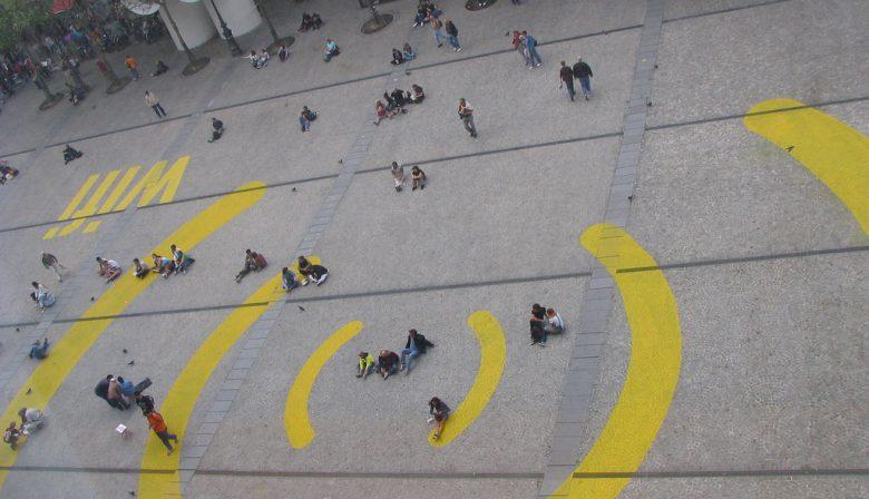 """1. EU wil 120 miljoen voor gratis openbare WiFi Er komen in zes- tot achtduizend gemeenten openbare WiFi-spots waar je gratis verbinding kunt maken. In Brussel is daarover een politiek akkoord gesloten ter waarde van 120 miljoen euro. De hotspots komen in ziekenhuizen, bibliotheken en op andere openbare plaatsen. Commissievoorzitter Jean-Claude Juncker stelt dat het binnen de ambitie valt om in 2020 """"in elk Europees dorp en elke Europese stad gratis wifitoegang aan te bieden in de buurt van de belangrijkste centra van het openbaar leven"""". Het akkoord moet nog worden goedgekeurd door de individuele lidstaten. 2. Eén op de drie banen weg bij Linde Gas Gasproducent Linde Gas schrapt 150 banen door een reorganisatie. Dat is gelijk aan een derde van het totale aantal banen dat het Duitse concern in Nederland heeft. Dit wordt gesteld in een persbericht van vakbond FNV. Linde levert gassen voor de industrie, zoals koolstof, zuurstof, stikstof en waterstof. Het bedrijf heeft vestigingen in Schiedam en Eindhoven. Volgens FNV vallen de klappen in de hele organisatie. Er worden de komende week gesprekken gevoerd tussen personeel en directie. 3. Rechter beslist in zaak AkzoNobel: Elliott verliest Er komt geen bijzondere aandeelhoudersvergadering bij verf- en chemiebedrijf AkzoNobel. Dat besliste de Amsterdamse Ondernemingskamer gisteren. De activistische aandeelhouder Elliott had een zaak aangespannen. De bijzondere aandeelhoudersvergadering had als doel om president-commissaris Antony Burgmans weg te sturen. De RvC en het bestuur liggen dwars bij het accepteren van een overnamebod van de Amerikaanse concurrent PPG. De Amerikanen bieden 96,75 euro per aandeel - de aandelenkoers sloot gisteren op 76,37 euro. 4. Franse spoorwegen stoppen met naam 'TGV' Le Train à Grande Vitesse, oftewel de sneltrein TGV, is al jaren de vaste merknaam voor de hogesnelheidstreinen in Frankrijk. Vanaf 2 juli zullen de Fransen het echter moeten doen met een andere naam, zo hebben de Franse spoorwegen"""