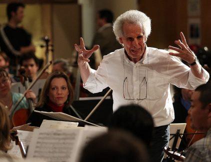 Als je weet hoe je moet luisteren, kun je klassieke muziek gebruiken voor heel veel dingen. Dat stelt Benjamin Zander in een TED-video. Met een prelude van Chopin weet je mensen te raken en kun je bijvoorbeeld conflicten oplossen of opgestopte emoties losmaken. En dat is heel gezond, volgens de musicoloog en dirigent. Maar het heeft ook te maken met leiderschap: een dirigent bijvoorbeeld gebruikt geen geluid om zijn werk te doen. Het is zijn taak om anderen in hun kracht te zetten, hun 'ogen te laten stralen als ze spelen'. Zander: 'En als dat niet gebeurt, moet je jezelf afvragen als leider wat jij beter kunt doen, niet wat die persoon beter kan doen. Dat is een eigenschap van goed leiderschap.' Boek Benjamin Zander schreef samen met zijn vrouw, psychotherapeut Rosamund Stone Zander, het boek 'The Art of Possibility'. Dat gaat over een levensstijl waarbij je structureel op zoek gaat naar mogelijkheden en je niet uit het veld laat slaan door tegenslag. En dat omvat meer dan altijd positief blijven. Lees hier het artikel over het boek van de Zanders, met 5 uitgangspunten om uit elke negatieve situatie te komen.