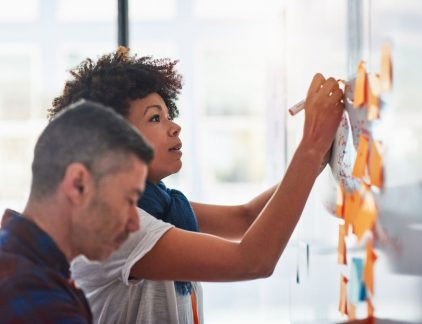 Organisaties moeten sneller veranderen dan ooit en werkprocessen moeten om de zoveel tijd op de schop om de concurrentie voor te blijven. Geen wonder dat er tegenwoordig zo vaak brainstorms en heisessies worden georganiseerd. Stop er maar mee, of ga het in elk geval anders doen. Een brainstorm is namelijk helemaal niet effectief, zo toont wetenschappelijk onderzoek keer op keer aan, schrijft de Harvard Business Review.