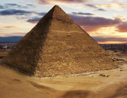 Door de veranderingen om ons heen verschuift de inrichting van organisaties steeds meer van een top-down structuur (een piramide) naar een bottom-up structuur (een park).