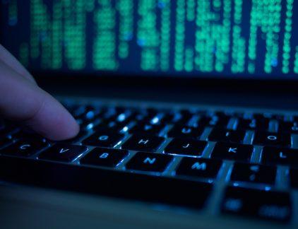 Vrijdag werden wereldwijd honderdduizenden computers getroffen door een grote cyberaanval. Wat kun je doen om te voorkomen dat je wordt getroffen.