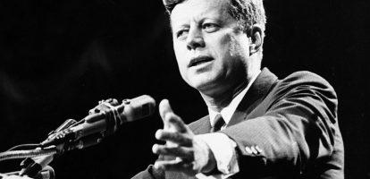 """De leiderschapslessen van John F. Kennedy John F. Kennedy stond onder andere bekend om zijn charme en zijn buitengewoon goede skills als publieke spreker. Vandaag zou de 35ste president van de Verenigde Staten 100 jaar zijn geworden. Wat kunnen we van hem leren over leiderschap? Kennedy was de jongste president ooit en stond symbool voor de nieuwe generatie. Het was een geestige spreker die zichzelf goed wist te verwoorden en daarmee gemaakt leek voor het televisietijdperk. Hij zat pas drie jaar in het Witte Huis toen hij werd neergeschoten. Leren van fouten Zijn eerste jaar als president was een ramp, erkende hij zelf. Kennedy was iemand die zijn fouten durfde toe te geven en tijdens zijn presidentschap continu bleef leren. Op die manier behaalde hij een aantal buitengewone prestaties. Zijn bekendste succes boekte hij in de Cubacrisis. Kennedy wist een kernoorlog af te wenden en een vreedzame overeenkomst met de Sovjet Unie te sluiten. Inspireren Zijn vermogen om te inspireren was misschien wel Kennedy's grootste kwaliteit. Met charismatisch leiderschap wist Kennedy het Amerikaanse volk op emotioneel en persoonlijk niveau te bereiken. Een leiderschapsstijl die door kenners ook wel transformationeel leiderschap wordt genoemd. 'Change is the law of life. And those who look only of the past or present are certain miss the future', zei Kennedy eens. 'Een transformationeel leider is charismatisch, bezit overtuigingskracht, inspireert en heeft een uitdagende visie. Mensen wíllen zo'n leider volgen en zetten graag een stapje extra', vertelde Janka Stoker, hoogleraar leiderschap, in een eerder interview met MT. 'Het gaat vaak om een groter belang. Denk maar aan de beroemde speech van Kennedy: """"Ask not what your country can do for you—ask what you can do for your country.""""' Externe expertise Kennedy was een idealist en geloofde in de waarde van goede ideeën en mensen. Hij omringde zichzelf graag met de knapste knoppen; ervaren en doortastende adviseurs die hij aanmoedigde o"""