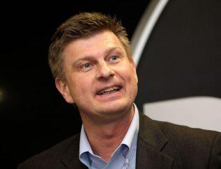 Dolph Westerbos zit al sinds december 2013 bij IT-bedrijf Westcon. Daarvoor was hij onder andere managing director van Dell in Nederland. Westcon is niet echt een bekende naam onder consumenten: het is een echte B2B-toeleverancier. Het levert beveiliging, cloudopslossingen en datacen-ters. De omzet bedraagt naar eigen zeggen 5 miljard dollar. Westerbos is de laatste jaren vooral bezig geweest met de reorgani-satie van het bedrijf dat stamt uit 1985, wat voor een IT-bedrijf behoorlijk oud is. Hij zette het mes in het aantal merken en in het management. De komende maanden worden spannend voor Westerbos. Grootaandeelhouder Datatec uit Zuid-Afrika heeft zijn meerderheidsbe