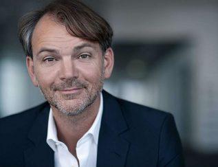 Standplaats: München Design met een hoofdletter Adrian van Hooydonk is als hoofdontwerper de baas overalle designteams van BMW. Hijstaat bekend als een interdisciplinair en visionair denkermet een sterk ontwikkeldzakelijk inzicht. In 1992 begon hij als ontwerper bij de BMW-groep, sinds 2009 heeft hij de leiding over de ontwerpafdeling. Op Duitslandnieuws vertelde hij over zijn strategie:'Om voorop te lopen moet eengroot concern als BMW lerendenken als een start-up. Wemoeten alles ter discussie durven stellen.' Daarom werkt hijmet twee teams die apart vanelkaar functioneren. 'Het ene is bezig met het heden, hetandere met de toekomst. Hetmanagement moet beide metelkaar verbinden.'