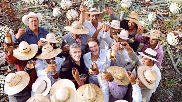 In het nieuws: George Clooney Hij kan niet alleen acteren, maar ook nog heel aardig zakendoen: George Clooney. De Amerikaanse acteur heeft zijn tequilamerk Casamigos voor 1 miljard dollar verkocht aan het Britse drankenconcern Diageo, bekend van Smirnoff-wodka en Johnnie Walker-whisky. Clooney richtte het merk in 2013 op samen met zakenpartners Rande Gerber en Michael Meldman. Oorspronkelijk was het het plan om de tequila aan vrienden en familie te geven, maar toen het in 2013 op de markt kwam was het direct een hit onder het grote publiek. Het voorlopige aankoopbedrag van 700 miljoen dollar kan nog oplopen tot 1 miljard als de resultaten voor de komende drie jaar behaald worden. Die resultaten zijn flink: sinds het tequilamerk op de markt is, stijgt de winst ieder jaar met meer dan 50 procent. Het idee voor een eigen tequilamerk ontstond toen Clooney samen met vriend Rande Gerber kluste aan hun vakantiehuizen in Mexico, die in de kustplaats Cabo San Lucas aan elkaar grenzen. 'En wat doe je als je in Mexico bent? Je drinkt een boel tequila', aldus Gerber tegen de Amerikaanse televisiezender CNBC. Na een aantal maanden met vervelende katers, vroegen de twee zich af of het niet mogelijk was om een eigen, katervrije tequila te maken. De zoektocht begon, samen met hun friend Michael Meldman. De eisen die aan de distilleerderij in het Mexicaanse Jalisco werden voorgelegd waren simpel: 'De smaak moest goed zijn, zonder een branderig gevoel op het moment dat je het doorslikt. We wilden de tequila met ijs kunnen drinken, zoveel als waar we zelf behoefte aan hadden zonder een kater de volgende dag', vertelt Gerber. Na maanden werd uiteindelijk de perfecte tequila gevonden. Casamigo, dat losjes vertaald huis van vrienden betekent, was allereerst bedoeld voor vrienden. Rande Gerber is eigenaar van twee nachtclubs in New York, Michael Meldman is een vastgoedtycoon. 'We waren niet op zoek naar een nieuwe business.' De flessen werden verkocht als samples, maar nadat er in twee ja
