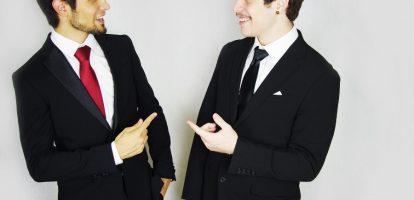 Ieder bedrijf heeft te maken met geschreven en ongeschreven regels met betrekking tot de gevoerde kledingstijl. Als manager heb je hierin een leidende rol. Goed voorbeeld doet volgen. Om managers hierin een helpende hand toe te reiken, behandelen we de aandachtspunten van een echte eyecatcher: het colbert. Begin met de schoudervulling Het eerste waar je naar kijkt bij het aantrekken van een colbert is de schoudervulling. Hierbij is het vooral belangrijk dat de vulling niet wijder is dan je schouders. Als dit het geval is, dan is het colbert te groot en is het verstandig om naar een kleinere maat te kijken. Als de schoudervulling erg strak aanvoelt is het colbert te klein. De schoudervulling mag best nauw aansluiten, maar mag niet onder spanning staan. Je eigen gevoel is hierin leidend. Kijk naar de lengte van het colbert Als het colbert goed op je schouders zit, is het tijd om naar de lengte van het colbert te kijken. Sluit hiervoor de bovenste knoop (de onderste laat je altijd open) van het jasje en ga recht voor een spiegel staan. Aan de voorkant komt het jasje idealiter ongeveer tot halverwege de ritssluiting van je broek. Het controleren van de achterkant is iets lastiger om te zien. Vraag hierbij gerust of iemand even mee kan kijken. Aan de achterkant mag het jasje net over de billen vallen. Sommige klassieke colberts zullen tot aan de onderkant van de ritssluiting vallen. Daarmee zullen ze ook wat ruimer over de billen vallen. Dit komt door de pasvorm. Bovendien is het natuurlijk geen ramp om af en toe een klassieker colbert te dragen. Kijk naar de lengte van de mouwen Een veelbesproken punt bij het passen van een colbert is de toegestane mouwlengte. De lengte van de mouwen is nauw verbonden met de lengte van je overhemd. De buitenste rand van je overhemd (het manchet) moet namelijk zo'n twee centimeter onder je jasje uitkomen. Zorg er daarom voor dat je jasje tot aan het begin van je hand komt, tot op het punt waar het bot van je duim begint begint. Je overhe