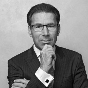 Standplaats: Wuppertal Trefwoord: beweeglijkheid Erik de Wit is bij beursgenoteerd toeleverancier Delphi verantwoordelijk voor de sales en marketing van bedrading van auto's,vliegtuigen en machines. DeDelphi-carrière van De Wit vingaan in 2012, destijds als globalsales director van DelphiConnection Sytems. De functievan vice president sales & marketing bekleedt hij sinds 2015.De Wit is absoluut geen stilzitter.Voordat hij bij Delphi begon, namhij een sabbatical van vier maanden om te trainen voor de marathon van Rotterdam (die hij ook uitliep). In een interview met MT vertelde hij dat een baan op kantoor niets voor hem is: 'Als je niet reist, kun je onvoldoende zakendoen.' De Wit werkt al sinds 2001in de automotive industrie. Voor Delphi werkte hij meer dan tien jaar bij de Duitse vestiging van het Amerikaanse Tyco Electronics.