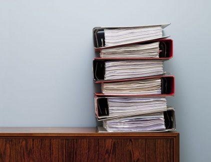 In een efficiënte organisatie werken mensen zonder stress of frustratie en zonder tijdsverlies. Wil je jouw organisatie ook efficiënter inrichten? Zorg dan dat je zoveel mogelijk frustratie weg neemt. De eerste stap naar dit doel is het opzetten van een gestructureerd document management systeem. Document management is het proces van omgaan met documenten zodat ze eenvoudig kunnen worden gemaakt, gedeeld, opgeslagen en teruggevonden. De zoekterm 'document management' in Google levert talloze resultaten waarin software-oplossingen worden aangeboden. Toch is het ook zonder zo'n oplossing mogelijk om een basis document management systeem in te richten waardoor het bedrijf op een gestructureerde wijze met bestanden omgaat. Maak een document managementplan De eerste stap is het opstellen van een plan waarin de structuur wordt bepaald voor het aanmaken, gebruiken en opslaan van documenten. Het is belangrijk dat iedereen in de organisatie op de hoogte is van de structuur en die ook gebruikt. Niet alleen wordt hierin opgenomen waar documenten worden opgeslagen, maar ook hoe het bestand moet worden genoemd. Voer het stap voor stap in Het kan nogal overweldigend zijn om alle bestaande documenten in de nieuwe structuur te gieten. Natuurlijk kost het tijd om documenten op de juiste plek en met de juiste metadata op te slaan, maar de investering in tijd die er nu in gaat zitten, betaalt zich terug als documenten straks eenvoudig en snel zijn terug te vinden. Het is onnodig om alle documenten direct in het systeem te krijgen, begin ergens en breidt stap voor stap uit. Gebruik het systeem Een document management systeem is geen op zichzelf staande tool, het is een systeem. En dat systeem moet naadloos samenwerken met verschillende omgevingen en fases van de levenscyclus van een document. Zorg dat het geïntegreerd wordt in de overige systemen binnen de organisatie. De mogelijkheid om informatie te integreren of te delen via verschillende APIs is de sleutel tot het reduceren van fou