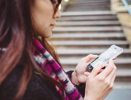 Bij Apple lijkt het 'lek' boven, nu nog een echt nieuwe iPhone De beurswaarde van Appe bedraag nu 796 miljard dollar. Bijna 70 procent hoger dan dik een jaar geleden. De Wall Street Journal zocht uit waar het enthousiasme van beleggers vandaan komt: Hoge verwachtingen ten aanzien van de iPhone 8. Deze zou revolutionair zijn en maar liefst 1000 dollar kosten. En dat laatste is goed voor de marge. Record aantal mensen loopt rond met een iPhone die 'toe is aan vervanging'. De dalende verkopen in China lijkt tot staan gebracht. Na een daling van de winst in 2016, neemt hij nu weer toe 2. Vervanging VAR weer met half jaar uitgesteld De wet DBA, waarin is vastgeld dat opdrachtgevers en zzp'ers een modelovereenkomst moeten sluiten, wordt met nog een jaar uitgesteld. Dat betekent dat de Belastingdienst opdrachtgever en zzp'ers tot 1 juli 2018 geen boetes of naheffingen oplegt, ook al hebben ze zich niet aan de regels gehouden en is er misschien sprak van schijnzelfstandigheid. 3. Trump zegt klimaatakkoord Parijs op 'Niet eerlijk', zo vindt Trump het klimaatakkoord van Parijs. En dus zegt hij het op. Trump vindt het onterecht dat sommige landen als China en India hun uitstoot nog mogen laten stijgen, terwijl Amerika de uitstoot moet beperken en geld op tafel moet leggen om arme landen te helpen de uitstoot te beperken. Het lijkt erop dat Trumps doel was een heronderhandeling uit te lokken, maar het lijkt er nu op dat Europa en China dat niet willen. 4. AkzoNobel wint de slag: geen overname PPG geeft het op in de overnamestrijd met AkzoNobel. De Amerikaanse verfmaker wilde toch geen vijandig bod doen. Een opluchting voor het bestuur, de werknemers en de Nederlandse regering, de aandeelhouders zullen (deels) een traantje laten. De Amerikanen wilden 26,9 miljard betalen, fors meer dan het bedrijf nu waard is. Opvallend: AkzoNobel heeft de slag gewonnen, maar misschien nog niet de oorlog. Over zes maanden mag PPG wederom een bod doen. Een reconstructie van de hele overname soap 