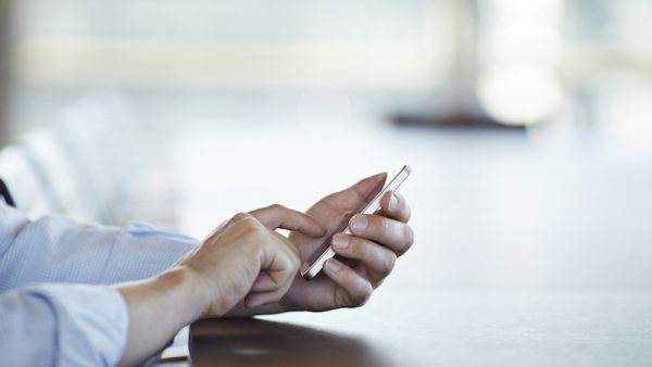 """Cognitieve capaciteit en algehele vermogen om na te denken zijn significant lager als er zich een smartphone in het blikveld bevindt, zelfs als de telefoon uit staat of het scherm naar beneden is gericht. Dat blijkt uit recent onderzoek van de Universiteit van Texas. Onderzoekers vonden dat iemands vermogen om dingen te onthouden en gegevens te verwerken significant verbeterden als zijn of haar telefoon in een andere kamer lag. Ook deelnemers wiens telefoon in hun zak of tas zat, presteerden beter dan deelnemers met de telefoon in het zicht. Vliegtuigmodus Deelnemers werd gevraagd een serie testen te doen die hun volle concentratie vereisten terwijl ze achter een bureau zaten. Voordat de test begon werd de deelnemers gevraagd hun telefoon op vliegtuigmodus te zetten. Daarna werden ze willekeurig ingedeeld om hun telefoon ofwel met het scherm naar beneden op tafel, in hun zak, in een tas of in een andere kamer te leggen. De uitkomst? Hoe verder te telefoon zich fysiek van de deelnemers bevond, hoe hoger de score op de test. Ook werd gevonden dat de verschillen groter waren bij mensen die zichzelf klassificeerden als """"extreem afhankelijk"""" van hun telefoon. Zij scoorden veel beter op de test als ze niet in de buurt van hun telefoon waren. Brain drain Volgens onderzoeker Adrian Ward leidt de aanwezigheid van de telefoon tot 'brain-drain'. 'Ook al weten we dat er niets gebeurt op het scherm, het process waarbij we denken aan wat er zou kunnen gebeuren, neemt cognitieve ruimte in."""