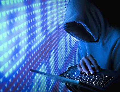 De overheid en de financiële sector worden het meest getroffen door cyberaanvallen, meldt Dimension Data in de jaarlijkse Executive's Guide voor het Global Threat Intelligence Report van NTT Security. Overheid De overheid is slachtoffer van 14 procent van alle cyberattacks, dat is een verdubbeling ten opzichte van 2016. De financiële sector kende ook een drastische stijging, van 3 procent in 2015 tot 14 procent vorig jaar. De productiesector (13%) en de detailhandel (11%) staan op de derde en vierde plaats. De cybercriminelen (en hacktivisten, terroristen, rivaliserende naties) zijn vooral uit op gevoelige en waardevolle informatie. Persoonsgegevens, gevoelige correspondentie en digitale activa kunnen immers te gelde worden gemaakt. Maar liefst 63 procent van de aanvallen zijn afkomstig van IP-adressen in de Verenigde Staten, gevolgd door het Verenigd Koninkrijk (4%) en China (3%). Honeypots en sandboxes Het rapport is gebaseerd op gegevens uit netwerken van 10.000 klanten verspreid over vijf continenten: 3,5 triljoen security logs en 6,2 miljard aanvalspogingen en wereldwijde honeypots (systemen gebouwd als lokmiddel) en sandboxes (testomgevingen) in meer dan honderd landen. België is klein bier als het over cyberaanvallen gaat. Vanuit ons land worden er minder dan 1 procent uitgevoerd en de meeste gaan richting de VS. Bedrijven zijn te laks Opmerkelijk is dat bedrijven nogal laks omgaan met mogelijke zwakheden in hun digitale systemen. Van de in 2016 geïdentifeeerde vulnerabilities, bleek 47 procent al drie jaar oud te zijn. Meer dan 17 procent was vijf jaar oud en 8 procent zelfs tien jaar oud. De grootste cybersecuritydreigingen waar digitale bedrijven mee te maken hebben, zijn phishing, social engineering en ransomware, aanvallen op zakelijk e-mailverkeer, IoT- en distributed-denial-of-service -aanvallen (DDoS) en aanvallen gericht op eindgebruikers. Strategische stappen Niemand kan nog om cybercriminaliteit heen, vandaar dat het rapport hamert op belangrijke s