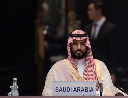 Voordat zijn vader koning werd van Saoedi-Arabië hadden weinig mensen gehoord van Mohammed bin Salman, maar in een kort tijdsbestek heeft de 31-jarige kroonprins zich opgewerkt tot een van de belangrijkste figuren in de oliestaat. Mohammed bin Salman werd geboren op 31 augustus 1985 als de oudste zoon van toen nog prins Salman bin Abdul Aziz Al Saud's derde vrouw Fahdah bint Falah bin Sultan. Na een rechtenstudie aan de King Saud University in Riad werkte hij voor verschillende overheidsinstanties. Minister van defensie Zijn opmars begon in 2013 toen hij benoemd werd tot hoofd van het hof van zijn vader, de toenmalige kroonprins. Toen in 2015 de koning overleed, nam zijn vader op 79-jarige leeftijd de troon over. Hij maakte zijn oudste zoon minister van defensie. In die hoedanigheid is bin Salman verantwoordelijk voor de militaire interventie in buurland Jemen, wat hem op felle kritiek van mensenrechtenorganisaties is komen te staan. Daarnaast is hij verantwoordelijk voor het staatsoliebedrijf en werkt hij aan het omvormen van de Saoedische economie om het land minder afhankelijk te maken van olie. In het oliebedrijf Saudi Aramco, het grootste oliebedrijf ter wereld, heeft de koninklijke familie van oudsher een rol op de achtergrond, maar prins Mohammed heeft een directere rol op zich genomen. Zo is hij verantwoordelijk voor de plannen om een deel van het bedrijf naar de beurs te brengen. Megajacht Hij heeft ook een andere kant. Tijdens een vakantie in Zuid Frankrijk zag prins Mohammed een enorm jacht voor de kust. Hij stuurde een medewerker erop af om het schip, dat eigendom was van de Russische wodkatycoon Yuri Shefler te kopen. Binnen een paar uur en voor ongeveer 500 miljoen euro was het schip van hem. De tycoon verliet zijn schip dezelfde dag nog. De afgelopen maanden werd steeds duidelijker dat prins Mohammed een prominentere rol ging spelen. Zo reisde hij in maart naar Washington om president Trump te ontmoeten. De benoeming van prins Mohammed betekent dat de