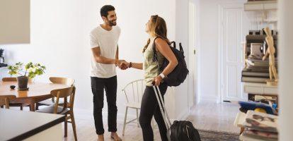 Wie op vakantie gaat, zal er ongetwijfeld wel eens op gekeken hebben: Airbnb, voor een huisje dat je het gevoel geeft dat je een local van de vakantiestad bent. Wie op zoek is naar een goedkope taxi klopt aan bij Uber en een goede schoonmaakster is zo gevonden via de website van Helpling. Maar wat gebeurt er wanneer het misgaat? Rondom deelplatformen bestaat lang niet altijd de handhaving die nodig is. Airbnb huizen voldoen vaak niet aan de wetten waar hotels wel rekening mee moeten houden, idem geldt voor de auto's waar Uberpop lange tijd mee rond reed in Nederland. Het Rathenau Instituut deed onderzoek naar deze regelgeving voor deelplatforms en concludeert: er moet duidelijkheid komen over de juridische status van deelplatformen. 'Je ziet dat ze nu verstoppertje spelen en daardoor regels proberen te ontwijken,' aldus onderzoeker Magda Smink. 'Ze haken aan bij wetgeving die hen zelf het beste uitkomt, dat kan niet de bedoeling zijn.' Inmiddels is taxidienst Uberpop al een aantal jaar verboden omdat het niet aan de bepalingen in de Taxiwet voldeed. Chauffeurs rekenden geen btw over hun taxiritten, volgens Uber was dat niet mogelijk omdat de chauffeurs niet ingeschreven stonden bij de Kamer van Koophandel. Dat hoefde niet voor de dienst, het waren immers particulieren die elkaar hielpen met een autoritje. Technologiebedrijf Vaak worden deelplatformen niet behandeld als volwaardig bedrijf binnen hun eigen branche. Alle vijf deelplatformen die het Rathenau Instituut onderzocht - naast Airbnb en Uberpop werden schoonmaak platform Helping, autoverhuur Snappcar en huiskamerrestaurant Airdnd onderzocht - menen niet binnen de juridische kaders te passen van de sector waarin ze opereren. Zo beweert UberPop een technologiebedrijf te zijn en Airbnb een online handelsplatform. Daardoor denken zij zich dus niet aan de regels te hoeven houden die bijvoorbeeld voor hotel- en taxibranches gelden. Toch is dat nodig, te zien aan het aantal problemen dat uit het onderzoek naar voren 