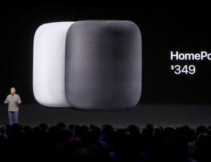 1. Apple prestenteer intelligente speaker: de Apple Homepod Apple komt met een 'slimme speaker': de Apple HomePod. Het apparaat werd maandagavond Nederlandse tijd onthuld tijdens de developers-conferentie van Apple. De HomePod speelt muziek af op basis van voice-commando's. Google (Home) en Amazon (Alexa) hebben al een tijdje een slimme speaker op de markt die niet alleen muziek afspeelt, maar ook bijvoorbeeld het licht kan dimmen of aandoen. Apple is dus laat op de markt, maar kan waarschijnlijk rekenen op hordes trouwe fans. Bovendien communiceert de HomePod met de iPhone. 2. Economie eurozone op stoom dankzij Duitse én Franse bedrijven De inkoopmanagersindex van de Eurozone heeft in zes jaar tijd niet zó hoog gestaan, meldt persbureau Bloomberg. Met name in Frankrijk en Duitsland wordt volop ingeslagen, een teken dat bedrijven denken hun omzet te kunnen verhogen. 3. Arabische landen snijden banden met Qatar door Paniek bij inwoners van het golfstaatje nadat een groep Arabische landen, waaronder Egypte, de Verenigde Arabische Emiraten en Saoedi Arabië, hadden aangekondigd alle banden met het land door te snijden. Vluchten worden gecancelled en inwoner van Qatar moeten binnen twee weken hun koffers pakken. Aanleiding is de vermeende steun van Qatar voor IS. Overigens is Qatar ook de thuisbasis van Al Jazeera, de Arabische nieuwszender die regelmatig kritiek levert op Arabische regimes. Hoe dan ook: de economische gevolgen zijn er. Qatarezen renden naar de winkels om te hamsteren, meldt persbureau AFP. Wat de gevolgen zijn voor Nederlandse bedrijven is nog niet duidelijk. Shell is erg actief in het land waar het participeert in een fabriek die gas vloeibaar maakt (LNG). 4. Aandeel Alphabet, het moederbedrijf van Google, kost nu 1000 dollar Een week nadat het aandeel Amazon de 1000-dollargrens doorbrak, is ook één aandeel Alphabet meer waard dan 100o dollar. De marktkapitalisatie van Alphabet is nu bijna 690 miljard euro. Nog altijd wel minder Apple dat door belegger