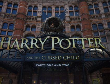 Harry Potter-auteur J.K. Rowling leefde van een uitkering en had geen cent te makken. Tot ze het idee kreeg een boek te schrijven, Harry Potter and the Philosopher's Stone. De lancering van het boek in 1997 verliep redelijk onopgemerkt, maar Rowling hoefde niet lang te wachten tot haar fantasieverhaal over tovenaars en magische wezens ontdekt werd. De rest is geschiedenis: nog zes boeken volgden en daarnaast nog acht verfilmingen. Dat bracht flink wat geld in het laatje: met ruim 450 miljoen verkochte boeken in 79 talen verdiende Rowling netto zo'n 1,2 miljard dollar. Merchandise De films waren ook een regelrecht succes. De zeven boeken werden in acht delen verfilmd, omdat ze te dik waren om volledig te vertalen naar beeld. De kaskrakers brachten ruim 6 miljard dollar op. Alles dat met Harry Potter te maken had bleek zo populair dat de kassa's het niet bij konden houden: T-shirts, bekers, relikwieën, cd's en Zweinstein-kleding vlogen wereldwijd over de toonbank. Een nieuwe bron van inkomsten voor Rowling, die haar rekening jaarlijks met zo'n 750 miljoen dollar vult. Spin-offs Rowling gaf aan dat dit het einde zou zijn van de Harry Potter-reeks, maar maakte in 2015 bekend dat er toch nog een sequel zou komen. Het was geen roman zoals de andere boeken, maar een script van een toneelstuk dat het vervolg van het verhaal zou laten zien, 19 jaar later. Daarnaast is er een vijfdelige filmreeks in de maak, waarvan het eerste deel al is uitgebracht: Fanstastic beasts and where to find them. Rowling geeft aan dat dit geen prequel of sequel is van de Harry Potter-verfilmingen, maar een 'aanvulling op de tovenaarswereld'. De bioscoopfilm haalde in de eerste twee weken al een half miljard dollar op, wat 'in de lijn der verwachting is'. Alle Harry Potter-films staan in de lijst van meest succesvolle films ooit. Booming business Maar er lijkt geen einde aan te komen aan de Harry Potter-business. Een boek dat ook voorkomt in Harry Potter, 'De vertelsels van Baker de Bard', werd ged