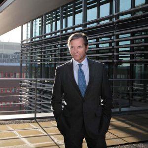 Standplaats: Londen Zetelloos maar invloedrijk 'Ik heb niet meer de ambitie om CEO te worden', zei Marc Bolland tegen Quote in januari 2016. Hij had toen net bekendgemaakt het Britse icoon Marks & Spencer te gaan verlaten. Hij was er ruim zes jaar bestuursvoorzitter geweest. Maar op zijn lauweren rusten doet de bij Heineken opgeleide Bolland niet. Hij is dan geen uitvoerend bestuurder meer, in zijn nieuwe rol als partner bij private equity-investeerder Blackstone behoort hij nog altijd tot een van de invloedrijkste zakenmensen in Europa. Vanuit Londen geeft Bolland leiding aan het Europese portfolio met daarin iconen als Leica en Hilton Hotels.