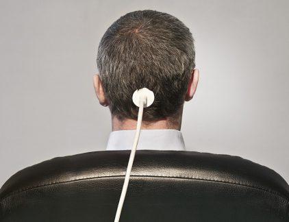 Travis Kalanick is niet langer bestuursvoorzitter van Uber. Vijf grote aandeelhouders hebben in een brief Kalanick gevraagd om per direct af te treden en met pijn in zijn hart heeft hij hiergehoor aan gegeven: 'Ik hou van Uber, meer dan wat dan ook in de wereld. Maar op dit moeilijke moment in mijn leven accepteer ik het verzoek van aandeelhouders om op testappen. Zo kan Uber weer verder met groeien, zonder de afleiding van het zoveelstegevecht.' Het bedrijf heeft nu geen bestuursvoorzitter, geen operationeel directeur en geenfinancieel directeur meer. In het tijdperk van de autonome auto's, waarin Uber eenbelangrijke positie wil innemen, is het bedrijf stuurloos.Beschuldigingen van seksuele intimidatie, discriminatie, bedrijfsspionage en agressie dedenKalanick uiteindelijk de das om. Niets menselijks is hem vreemd. Hij laat een tot op het botverrotte cultuur na in een bedrijf dat in een paar jaar tijd miljarden dollars heeft verbrand endat ooit het toonaangevende voorbeeld was van de zogeheten Deeleconomie. NicholasCarr, auteur van Does It Matter en The hallows, heeft een oplossing voor het ontstane probleem. Op zijn blog oppert hij het idee dat de tijd rijp is om de vacante plek in te laten vullen door een robot. Het idee is niet nieuw. In 2014 maakte de Hongkongse durfinvesteerder Deep KnowledgeVentures al bekend dat het een softwareprogramma tot lid van de raad van bestuur hadbenoemd. Het programma heeft even veel beslissingsbevoegdheid als de overige menselijke bestuursleden. Ook Ray Dalio, bestuursvoorzitter van 's werelds grootstehedgefonds Bridgewater Associates met zo'n 160 miljard dollar in beheer, maakt haast methet vervangen van zijn managers. In vijf jaar tijd moet 75 procent van de strategischebeslissingen genomen worden door een computerprogramma en over tien jaar moet ook zijnrol zijn uitgespeeld. Dalio wil dan nog slechts vanaf de zijlijn toekijken hoe zijn bedrijf geheelzelfstandig wordt gerund door een kunstmatige intelligentie. Twee maanden geled