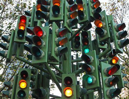 Schrik niet, het lampje geeft niet exact aan of je hard genoeg werkt of niet. Het meet enkel je productiviteit en de intensiteit van je werkzaamheden en focus. Ben je heel gefocust aan het werk, dan zal de lamp rood kleuren. Dat geeft aan dat je collega's maar op een ander moment terug moeten komen en je niet mogen storen, omdat je even in de 'zone' bent. Volgt je activiteit De lamp kleurt rood als je binnen de 9 procent van je gemiddelde activiteit zit. Zakt het daaronder, dan wordt de lamp groen. Het FlowLight-systeem meet dit onder andere door het klikken van je muis en je toetsenbord te meten. Onderbrekingen beperken Het systeem werd ontworpen door de Amerikaanse wetenschapper David Shepherd, werkzaam bij industrieel ingenieur ABB. Het was oorspronkelijk bedoeld voor de software-engineers, zodat zij minder gestoord zouden worden. Want wordt een kenniswerker (vaak) onderbroken, dan duurt het elke keer een paar minuten voordat hij weer in zijn zone zit. In samenwerking met de Universiteit van Zurich werd het systeem ontwikkeld. De lamp is echter niet bedoeld om als manager te checken hoe hard je medewerkers nou eigenlijk werken. Evengoed als de medewerkers zich niet schuldig hoeven te voelen als hun lamp vaker op groen staat. Daar is namelijk iets op bedacht: het licht is maar 13 procent van de dag rood, ongeacht hoe hard je werkt. Alternatieven Niet iedereen is voorstander van FlowLight. Jelmer Borst van de Rijksuniversiteit Groningen is geen tegenstander, maar vindt ook niet dat een medewerkers op basis van het licht beoordeeld kan worden. Het zou volgens hem beter zijn om bijvoorbeeld de pupil te controleren. FlowLight wil in de toekomst ook gebruik maken van hartslagmeters om te controleren hoe hard iemand werkt. Wil je meer lezen over productiviteit? Bekijk dan de vlogs en blogs van breinexpert Mark Tigchelaar!