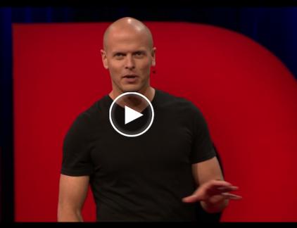 Ondernemer Tim Ferriss legt uit hoe we in actie kunnen komen. Hij daagt je uit om je angsten onder ogen te komen en tot in detail op te schrijven in een oefening die hij 'fear-setting' noemt. Deze oefening kan je helpen om in stressvolle omgevingen te functioneren en om te scheiden waar je je wel en waar je geen invloed op hebt.