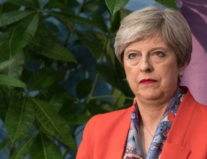 1. Conservatieven May verliezen meerderheid in Lagerhuis De Conservatieven van Theresa May hebben een enorme nederlaag geleden. Dat kan worden gesteld op basis van de laatste exitpolls. De partij is nog wel de grootste, maar verliest haar meerderheid in The House of Commons. Daarvoor waren 326 zetels nodig. Het lijkt erop dat de Conservatieven nu uit gaan komen op 318 zetels. Het is een enorme klap voor May die de vergroegde verkiezingen juist had uitgeschreven om haar meerderheid te vergroten en zo een stevig Brexit-mandaat te krijgen. Nu zit Groot-Britannië weer met een 'hung-parliament', wat betekent dat er of een conservatieve minderheidsregering of een coalitie moet komen. De grote vraag vandaag: zal het Theresa May zijn die die regering gaat leiden, of treedt ze af. Het verkiezingsresultaat maakt de onderhandelingen over het verlaten van de EU niet gemakkelijk. De pond zal vrijdag een behoorlijke knauw krijgen ten opzichte van de euro is de verwachting.