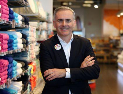 Tjeerd Jegen is een echte retailman. Hij startte zijn carrière in 1995 bij als trainee bij Ahold, hij zou er in totaal bijna tien jaar zitten, waarvan de laatste zes jaar in het buitenland. Het is het begin van een carrière als expat. Hij begint voor Ahold in Oost Europa, eerst in Tsjechië, dan in Polen. Zijn laatste functie bij Ahold is die van Vice President Merchandising and Marketing voor Ahold Centraal Europa. Achtereenvolgens is hij managing director Roemenië bij Metro, COO bij Tesco Thailand en CEO bij Tesco Maleisië. In 2011 vertrekt hij naar Australië om daar managing director van Woolworths supermarkt Australië te worden. Instagram De overgang van 'Woolies' zoals de keten in Australië liefkozend wordt genoemd naar Hollandse publiekslieveling Hema in april 2015 is duidelijk te zien op zijn Instagram-account. Foto's van de Sydney Harbour Bridge, vogels in de tuin en de Australisch natuurschoon maken plaats voor Hema-producten, winkels en vooral heel veel selfies met personeel. Op elke foto duidelijk te zien: zijn Hema-badge. De opdracht die Jegen bij aantreden van eigenaar Lion Capital meekrijgt is simpel: maak HEMA financieel weer gezond en zorg voor ruimte om te groeien. Veranderingen bij HEMA In de twee jaar dat hij er zit worden een aantal veranderingen doorgevoerd. Zo verandert hij de voertaal op het hoofdkantoor naar Engels en doopt hij het hoofdkantoor om naar 'Support Office', omdat het kantoor er zoals hij zegt, is om de winkels te ondersteunen. Hij opent outlets om de enorme voorraden waar de keten mee kampt af te bouwen, zet in op internationale groei en start een grootschalige ombouw operatie van de winkels in de Benelux. Verkoopmoment Nu lijkt dan het moment gekomen. Telegraaf meldt op basis van gesprekken met betrokken binnen en buiten het bedrijf dat Lion Capital, sinds 2007 eigenaar van het bedrijf, deze zomer wil beginnen met de verkoop van HEMA. Met de werkelijke verkoop zal naar alle waarschijnlijkheid worden gestart in 2018. De mogelijkhe