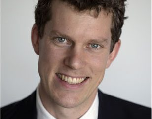 Standplaats: Londen Bankieren voor Aussies Tom van Rijsewijk is van oorsprong een techneut, opgeleid in Eindhoven, die na een financiële master in Tilburg in de financiële wereld belandde. Hij werkte een half jaar bij ING, toen zijn afdeling naar Londen werd verplaatst. Hij kon zoeken naar een nieuwe baan of hij kon in Londen aan de slag. Het was midden in de kredietcrisis en de arbeidsmarkt hier was slecht. Van Rijsewijk, niet gebonden aan hypotheek, relatie of kinderen, besloot de stap te wagen en verhuisde naar Londen. In 2013 maakte hij de overstap van ING naar Macquarie, de grootste investeringsbank van Australië. Vanuit Londen houdt hij zich bezig met het verstrekken van leningen aan grote infrastructuurprojecten.