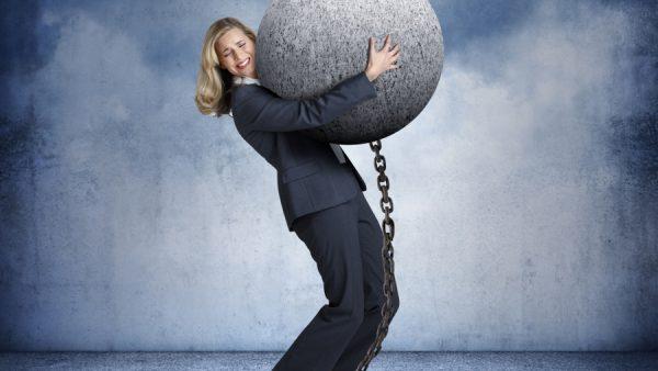 """Ik las laatst een arbeidscontract waarin de nieuwe tijd doorschemerde. Het contract ruilde onderling vertrouwen in voor een poging op oordeelsvorming van medewerkers te sturen. Persoonlijk vind ik het geen manier van doen. Het ging om dit citaat in de overeenkomst: """"Werknemer zal niet toelaten dat zijn [……] oordeel wordt aangetast door een vooroordeel, belangentegenstelling of ongepaste beïnvloeding door een derde"""", en """"werknemer treedt eerlijk en oprecht op in alle [……] betrekkingen."""" Compliance vastleggen Dit contract komt uit de sector financiële dienstverlening. Deze sector is doodsbenauwd fouten te maken. Terecht ook. De geschiedenis leert dat de mens zich slecht weet te beheersen. Zeker als financiële belangen spelen. Deze belangen zijn vaak groot. Daarnaast speelt dat je een betalende klant dient, maar óók verantwoording aflegt naar de maatschappij als geheel. Eén opvallende fout en je naam ligt publiekelijk te grabbel. Door werk telkens verder in procedures te gieten en een eindeloze set (interne) regels te formuleren hoopt men fouten te voorkomen. Al het voorgaande valt onder het begrip compliance (het naleven van geldende gedragsregels, wet- en regelgeving binnen een organisatie). De opgenomen bepalingen uit de arbeidsovereenkomst hierboven vinden hun oorsprong in deze 'compliancegedachte'. Het toepassen van deze bepaling legt de eindverantwoordelijkheid voor kwaliteit bij de onderste laag (de werknemer) in plaats van bij de leiding. Als je een organisatie leidt, verwacht dan tegenslag. Treed dit """"met opgeheven hoofd"""" tegemoet. Neem je eigen verantwoordelijkheid en probeer door goede aansturing fouten te vermijden. Maar houd, boven alles, je (jongere) werknemers uit de wind. Mensen zijn namelijk hét productiemiddel in deze sector. Compliance-officers Menselijke zwakten vinden we blijkbaar niet alleen bij adviseurs. Ook de groep compliance-officers zijn hiermee gemerkt. Dit zijn de mensen die de organisatie volgt op het vlak van het naleven van de regels. V"""
