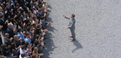 """Het zit in de aard van de meeste managers: controle over hun mensen en de werkzaamheden die zij uitvoeren. Toch blijkt uit meerdere onderzoeken dat juist door micromanagement veel werknemers zich niet betrokken voelen op hun werk en een lage moraal krijgen. """"Paradoxaal genoeg is juist het loslaten van controle het enige dat managers die leiding geven kunnen doen om de mate van controle te krijgen die geweldige leiders kenmerkt"""", stelt Ron Roberts, consultant en trainer op het gebied van versneld experimenteel leren, op de website van FastCompany. Vrijheid voor werknemers Louise Harder is hoogleraar aan de business school van Kopenhagen en houdt zich bezig met nieuwe manieren van werken. Dat werknemers niet betrokken zijn, is uiteindelijk te wijten aan het falen van management, zegt zij. """"Werkgevers doen er goed aan om hun personeel autonomie en ondersteuning te bieden, in combinatie met de juiste bedrijfscultuur en ondersteunende technologie."""" Nu werk in toenemende mate iets is dat je doet, in plaats van waar je heen gaat, is er sprake van een globalisering van talent. In combinatie met het groeiende tekort aan professionals op allerlei gebieden, is het belangrijk om als organisatie goed te kijken naar wat mensen motiveert om de juiste werknemers aan te trekken. """"Die motivatie blijkt vaak vrijheid te zijn"""". Laat controle varen Managers kunnen medewerkers die vrijheid bieden door ze zoveel mogelijk hun eigen werk te laten plannen en ze het gevoel te geven waardevol, krachtig en verbonden te zijn. In het huidige, snelle zakelijke klimaat is het alleen mogelijk om de concurrentie bij te benen met gemotiveerde, betrokken en energieke medewerkers. Uiteindelijk zijn zij degenen die de innovatie, frisse ideeën en positieve energie leveren die organisaties verder brengt. Zorg dat je als organisatie eerst de juiste bedrijfscultuur en technologische mogelijkheden in te zetten, en laat vervolgens de controle door het management los. Er moet een vertrouwen in werknemers zijn en"""