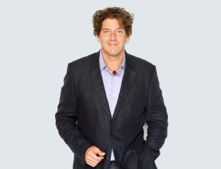 Standplaats: New York Marketingmachine Vers uit de collegebanken ging DeSwaan Arons voor Unilever werkenals brand manager. Binnen tien jaarwerkte hij zich op tot marketingdirecteur voor het voedingsmiddelenconcern in de Verenigde Staten.Daarna gaf hij meer dan dertienjaar leiding aan het mede doorhemzelf opgerichte marketingconsultancybureau EffectiveBrands.Dat bedrijf werd in 2014 overgenomen door onderzoeksbureauMillward Brown. Bij het fusiebedrijfMillward Brown Vermeer, dat nu een strategisch marketingadviesbureau is, werkt De Swaan Aronsals chief marketing officer. Samen met collega Frank van den Driest,CCO van Millward Brown Vermeer,schreef hij het boekThe Global Brand CEO. Building the UltimateMarketing Machine. Daarnaast isDe Swaan Arons vaak keynote spreker op conferenties over marketing en strategie. Lees hier het interview met Marc de Swaan Arons