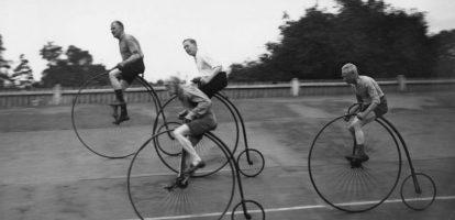 De fiets is 200 jaar oud. Een van de eerst exemplaren was in het bezit van een Hollander, koning Willem II (bekijk de fiets in deze video van Omroep Gelderland). Nog steeds is Nederland een fietsland bij uitstek, al staat het daarmee niet langer alleen. Ook Denemarken ontwikkelt zich als een fietsmekka. Minder fietsen, maar wel duurder Gek genoeg is de fietsverkoop in Nederland wel dalende. Kochten we tien jaar geleden nog bijna 1,5 miljoen fietsen per jaar, nu zijn het er minder dan een miljoen. Wel geven we veel meer uit aan fietsen. De fietsverkoop was goed voor 936 miljoen euro, dat is bijna 100 miljoen meer dan tien jaar geleden. Hoe dat komt? We geven steeds meer uit aan fietsen, gemiddeld 1010 euro. Dat we meer uitgeven, komt voor een groot deel aan de populariteit van de e-Bike, met name onder 55 plussers. Die hebben er én behoefte aan, én ze hebben vaak de middelen.