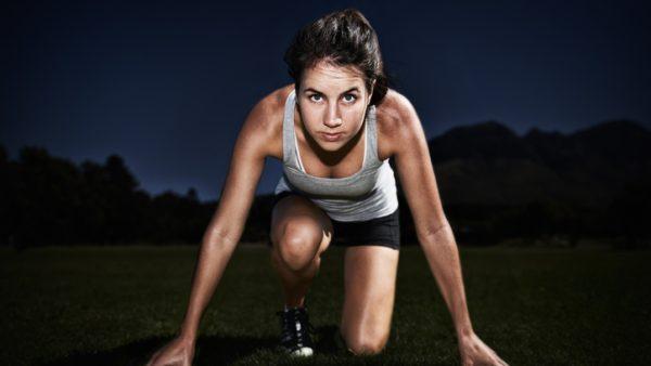 De meeste mensen maken van hun werkdag een marathon. Ze komen om 9:00 uur op kantoor en werken dan gestaag door tot een uur of 17:00, 18:00 of zelfs nog later. Ze onderbreken die dag maar één keer voor een lunchpauze. Dat is onverstandig, want je kunt je werkdag veel beter indelen in korte spurts, schrijft Brad Stulberg, co-auteur van Peak Performance: Elevate Your Game, Avoid Burnout, and Thrive With the New Science of Success in een artikel op nymag.com. Marathonlopers weten dat al sinds halverwege de vorige eeuw. Tijdens die marathon loop je wel aan een stuk door, maar in de training doe je dat niet. Intervaltrainingen zijn namelijk veel efficiënter.