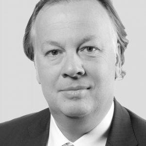 Standplaats: Dusseldorf Uithuizige huismus Pieter Boone begon in 1992 alstrainee bij Makro en is daar ook nade overname door Metro Groupaltijd gebleven. Al is hij honkvastals het gaat om zijn werkgever, hijis wel een echte globetrotter. Hijwerkte in Maleisië, de Filipijnen,Indonesië, Thailand, Peru enRusland. Sinds 2015 staat hij aanhet roer van de groothandelstakMetro Cash & Carry en zit hij in deboard van de Metro Group. Nietgek, want zijn bedrijf is verantwoordelijk voor de helft van deomzet van de eigenaar vanMediamarkt. Gebrek aan uitdagingis er niet: de winst staat onder drukdoor sterke lokale concurrenten,zoals in Nederland van Sligro.Decentralisatie is het antwoordvan het bedrijf, dat actief is in 29landen. 'Die markten zijn gewoonte verschillend om centraal vanuithet hoofdkantoor aan te sturen',aldus Boone tegen hetFD